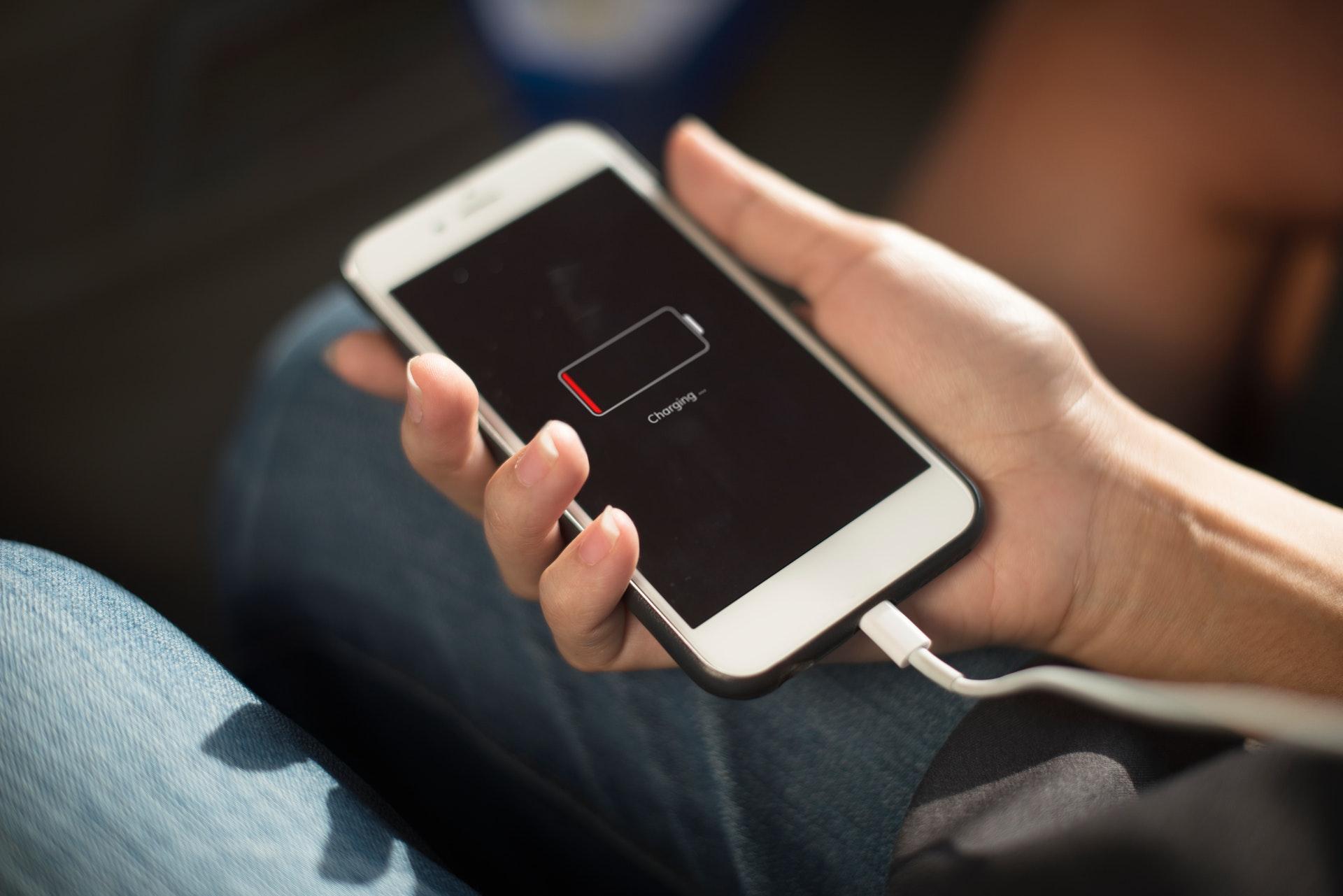 opladen smartphonebatterij